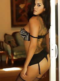 Stunningly Beautiful vixen Daisy Marie shows hers curves..