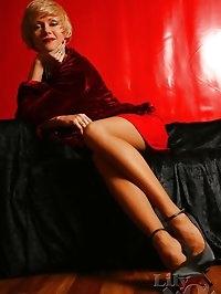 Upskirt of the long beautiful MILF legs in ff-stockings