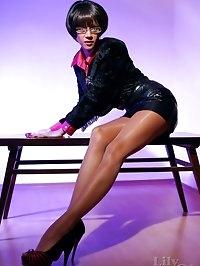 Leggy secretary in hot shining brown pantyhose