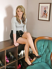 This horny woman knows how to make black high heels look..