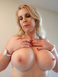 Bigtit housewife Sammi Rox is hot as hell in a lingerie..