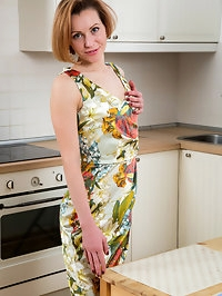 All natural housewife Alice Wonder loves to get it on..
