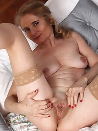 Sexy MILF Isabella B takes off nylons
