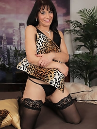 Horny Latina MILF Gracia Saluda looks stunning in thigh..