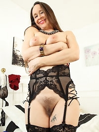 British Hairy housewife Josie gets wet and wild on her own