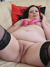 This curvy mama loves to play with her pussy
