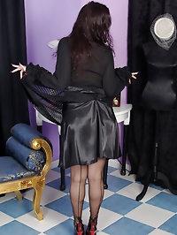 mature lady in black stocking sucking cock