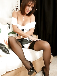 Mature mommy Roni in her sexy nylons